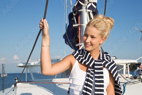Junge Frau beim Segeln - Urlaub am Meer
