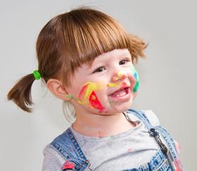 bambina che gioca con pittura