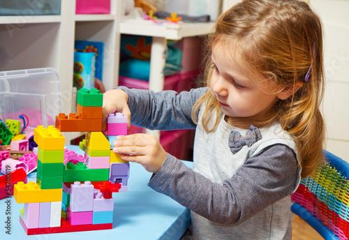 canvas print picture bambina che gioca con le costruzioni
