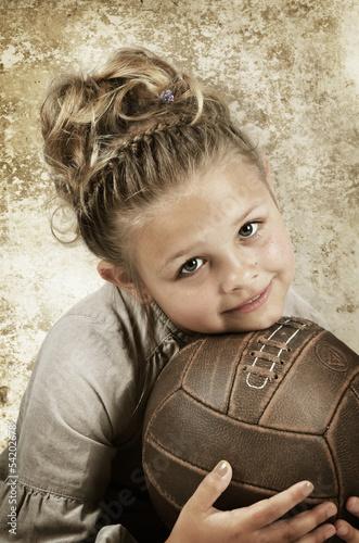 Kind mit altem Fußball