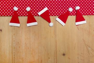 Weihnachtskarte in Rot und Holz mit Nikolausmützen