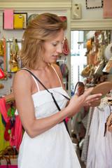 Frau beim Schuhe kaufen - Shopping im Sommer