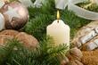 Kerze und Weihnachtsgebäck