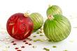 Rote und grüne Weihnachtsbaumkugeln