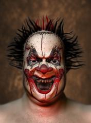 Blutverschmierter verrückter Clown lacht furchteinflößend