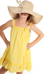 Junges Mädchen mit Sommerkleid posiert lustig