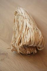 filo di rafia naturale su tavolo di legno