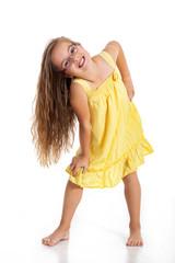 Junges Mädchen mit langen Haaren posiert