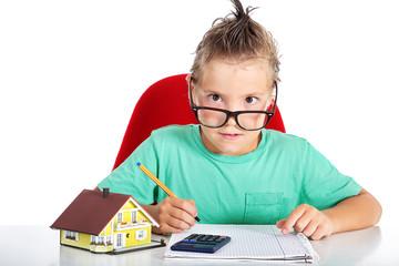 Junge mit Brille rechnet seinen Bausparer