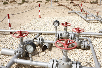 Plug valve connector between the piplines of first gulf oilwell