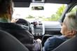 Senioren beim Auto fahren
