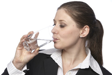 Businessfrau trinkt ein Glas Mineralwasser