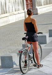 jeune femme et son vélo