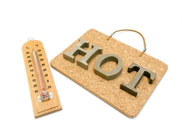 温度計と英語でコルクボードにHOTの文字