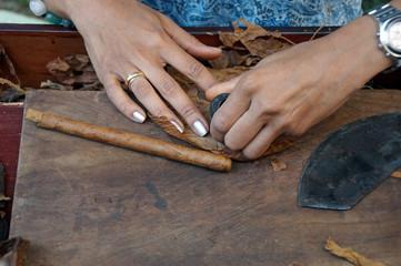 Zigarren drehen - Zigarrendreherin bei der Arbeit