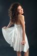 Ragazza  con vestito bianco