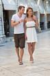 Junges Paar macht im Urlaub einen Spaziergang - Sommer