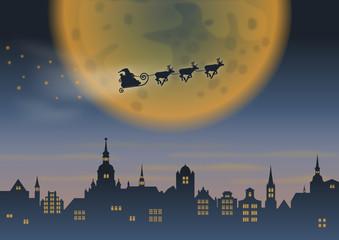 Weihnachtsmann & Rentierschlitten über Stadt vor Mond, mittig