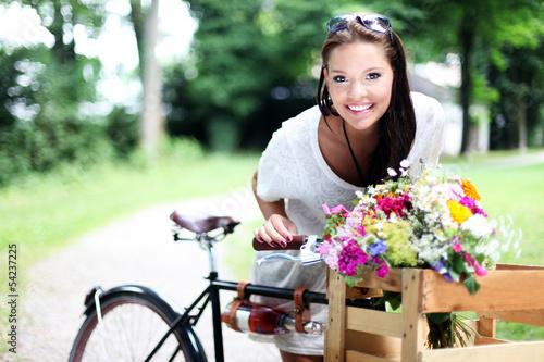 attraktives Model mit Fahrrad