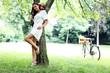 Model unter einem Baum