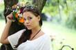 attraktives Model mit Blumenstrauß