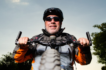 mann hält sein fahrrad fest