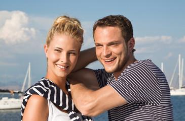 Junges verliebtes Paar am Meer - im Urlaub