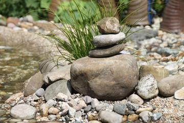 Ein Bachlauf mit Steinen