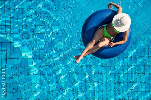Junge Frau relaxed im Pool