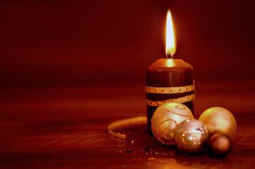 brennende Kerze mit Weihnachtsdeko