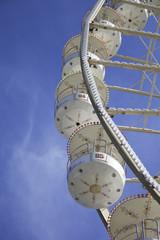 Gondeln an einem Riesenrad im Sommer
