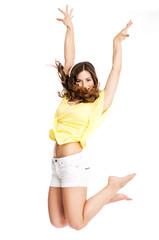 Junge attraktive Frau in sommer-outfit sprigt in die Luft