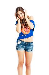 Junge attraktive Frau mit Kopfhörern
