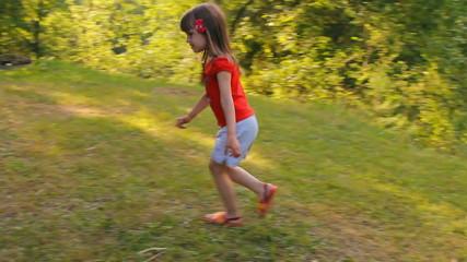 девочка бежит по кругу на природе