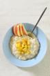 Schüssel mit Milchreis und Apfel