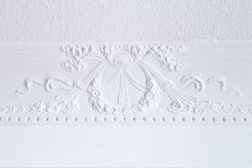 Weißer Decken-Stuck aus Blüten