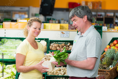 verkäufer berät im supermarkt