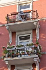 Balkone mit Bepflanzung an Altbau