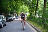 sportlicher Mann fährt Fahrrad