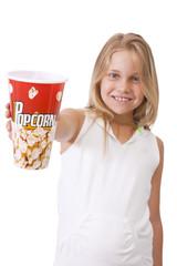 niña sorprendida con vaso de palomitas de maíz