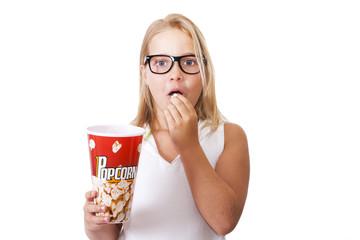 niña comiendo palomitas de maíz