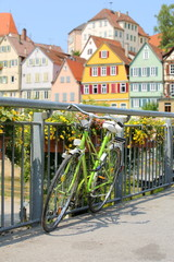 Angeschlossenes Fahrrad auf Brücke