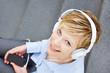 Frau mit Kopfhörer hört Musik über Smartphone