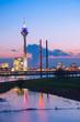 Düsseldorf bei Nacht mit Brücke und Fernsehturm