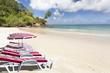 fauteuils sur plage paradisiaque des Seychelles