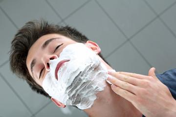 Mann mit Rasierschaum im Gesicht