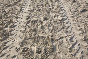 Tracce di pneumatici sulla sabbia