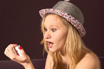 teenager schaut erstaunt ins handy