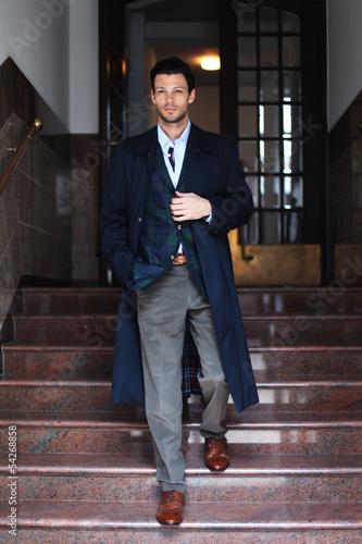 canvas print picture Mann im Mantel auf Treppe