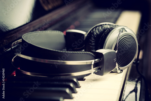 Piano keyboard and headphones © Antonio Gravante